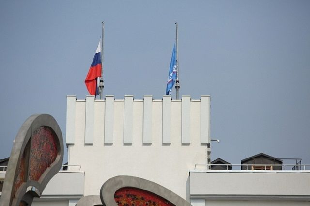 На Ямале приспущены государственные флаги и отменены все развлекательные мероприятия.