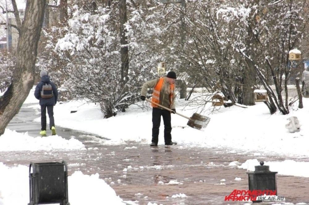 Коммунальщики активно ликвидируют последствия снегопада.