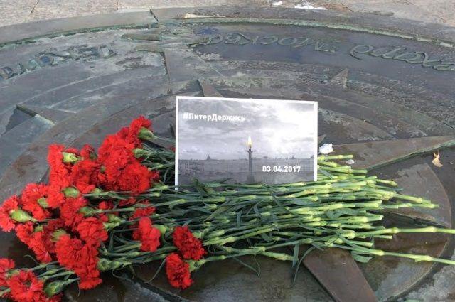 В Тюмени организован мемориал в память о погибших в теракте в Питере