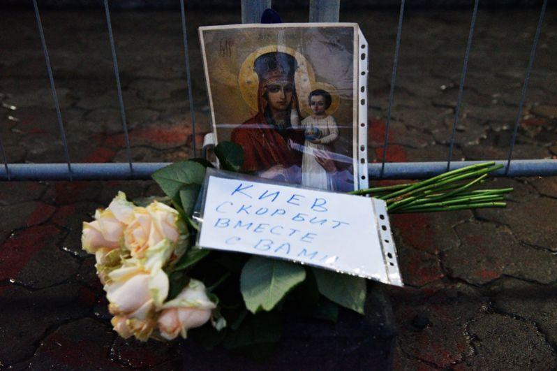 Цветы у посольства РФ в Киеве в память о погибших в результате взрыва в метро Санкт-Петербурга.