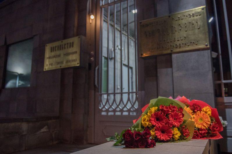 Цветы у посольства РФ в Ереване в память о погибших в результате взрыва в метрополитене Санкт-Петербурга.
