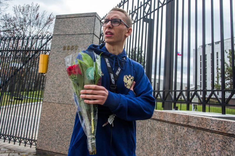 Юноша принес цветы к посольству РФ в США почтить память погибших в результате взрыва в метро Санкт-Петербурга.