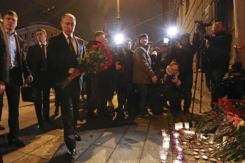 Президент России Владимир Путин побывал на месте трагедии. Он возложил цветы у станции «Технологический институт».