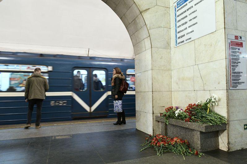 Цветы на станции метро «Технологический институт» в Санкт-Петербурге на утро после трагедии.