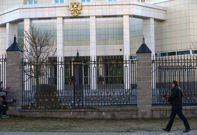 Цветы и свечи у посольства РФ в Минске.