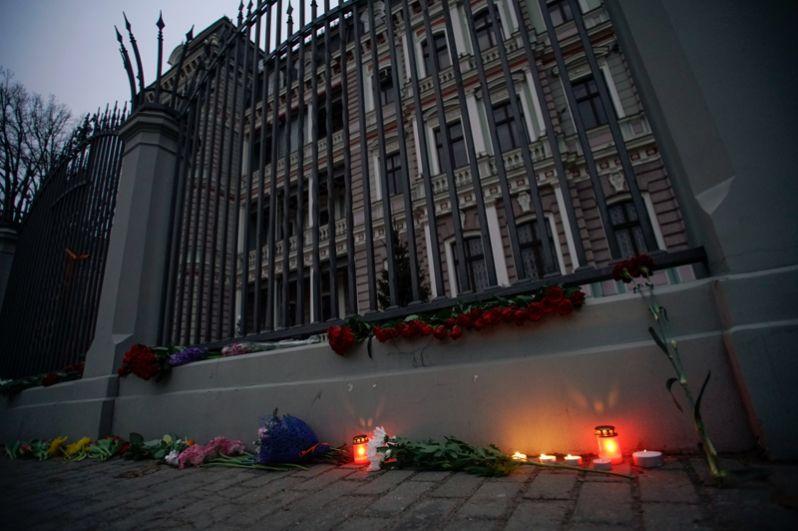 Цветы и свечи у посольства РФ в Риге в память о погибших в результате взрыва в метро Санкт-Петербурга.