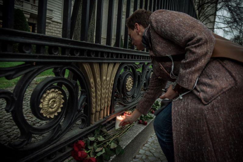Цветы и свечи у посольства РФ в Берлине.