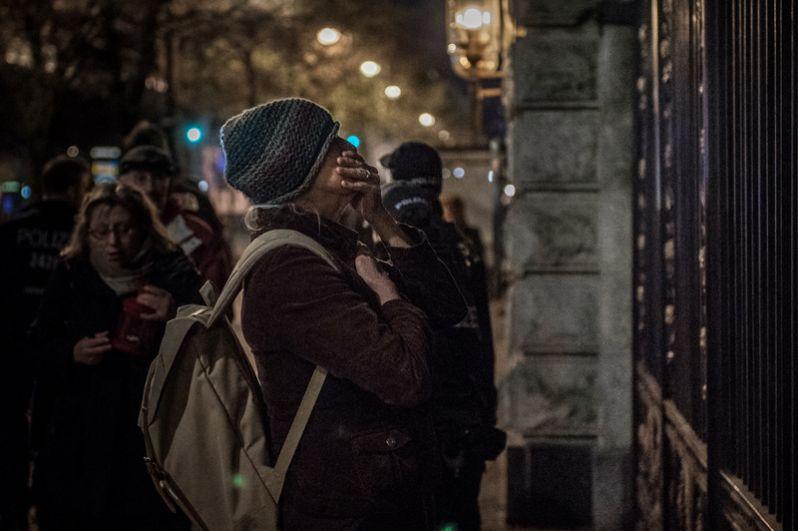 Женщина пришла к посольству РФ в Берлине почтить память о погибших в результате взрыва в метро Санкт-Петербурга.