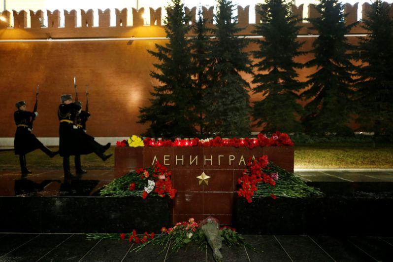 В Москве похожая акция прошла в Александровском саду у мемориала «Город-герой Ленинград».