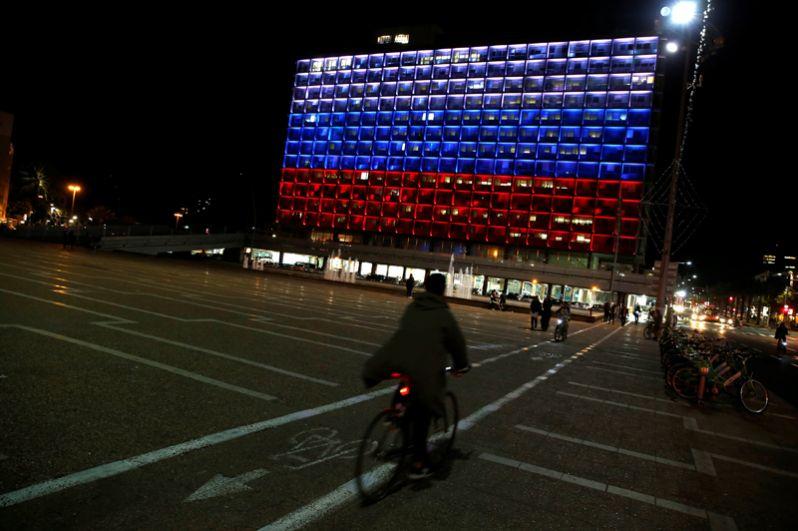 Здание мэрии Тель-Авива, освещенное в знак солидарности с Россией, после взрыва в петербургском метро.