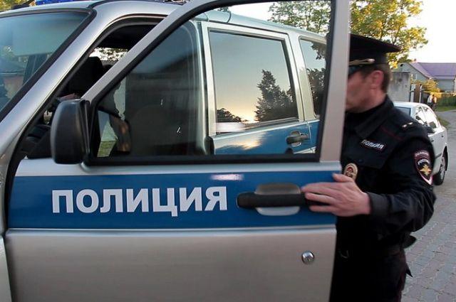 В Калининграде очевидцы вызвали полицию из-за чемодана в кустах.