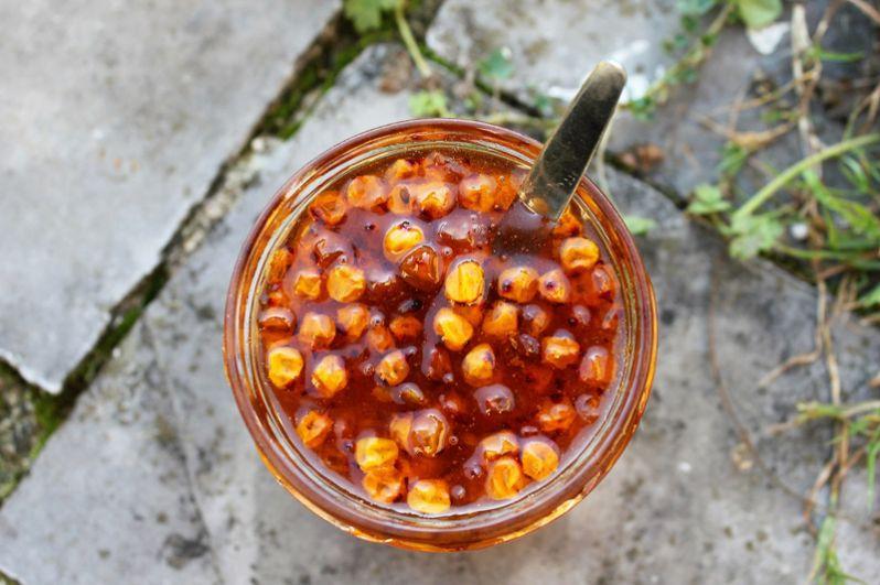 Облепиха (200 мг). Не меньше, чем в смородине, витамина С сохраняется в облепихе. Эта ягода содержит и другие витамины: В1, В2, РР, К, Р и Е, каротин, а также железо, бор, марганец. Имеются дубильные вещества, жирные кислоты (олеиновая, линолевая). Кроме того, в ягодах облепихи содержится серотонин, который отвечает за нормальное функционирование нервной системы, борется с сезонным упадком сил и плохим настроением.