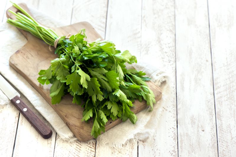 Петрушка (150 мг) и другая зелень. Зелёная листовая зелень, как пряная (укроп, кинза), так и пресная (зелёный салат, щавель, шпинат), в периоды авитаминоза (да и не только) вообще не должна переводиться в холодильнике. Потому что вся трава содержит огромное количество витаминов и минералов. Витамина С больше всего в петрушке, немало в шпинате и щавеле.