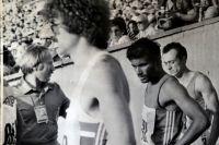 Фотографировать на Олимпиаде-1980 стартёрам и спортсменам запрещалось, но наш земляк всё-та- ки попал в кадр спортивной хроники (на снимке он крайний слева).