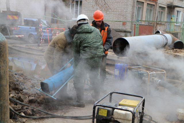 Вмикрорайоне «Южный» вТвери устраняют повреждение натеплосетях