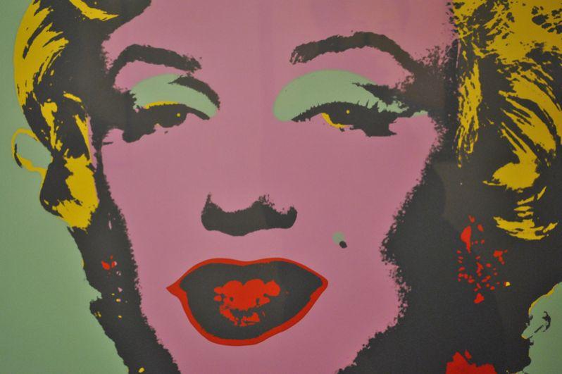 Одна из самых узнаваемых картин автора «Бирюзовая Мэрилин» была продана в 2007 году частному коллекционеру за 80 млн долларов.