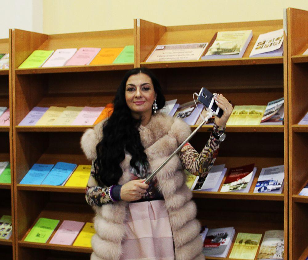 Люди уже делают селфи на фоне книг! Значит, чтение действительно становится популярным...