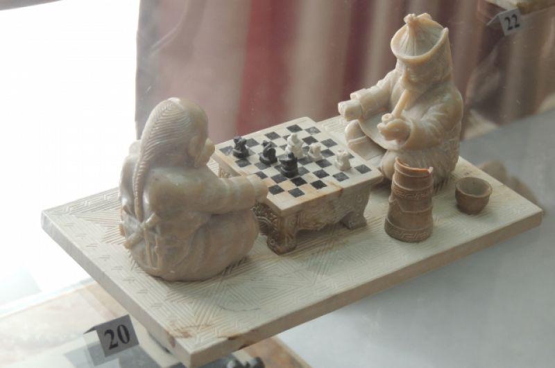 Маленькие тувинские шахматы. Вместо короля, ферзя, слонов и пешек - бараны и верблюды.