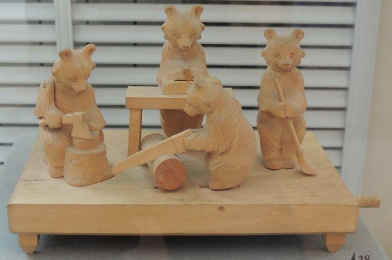 Двигающаяся богородская игрушка - медвежья мастерская.