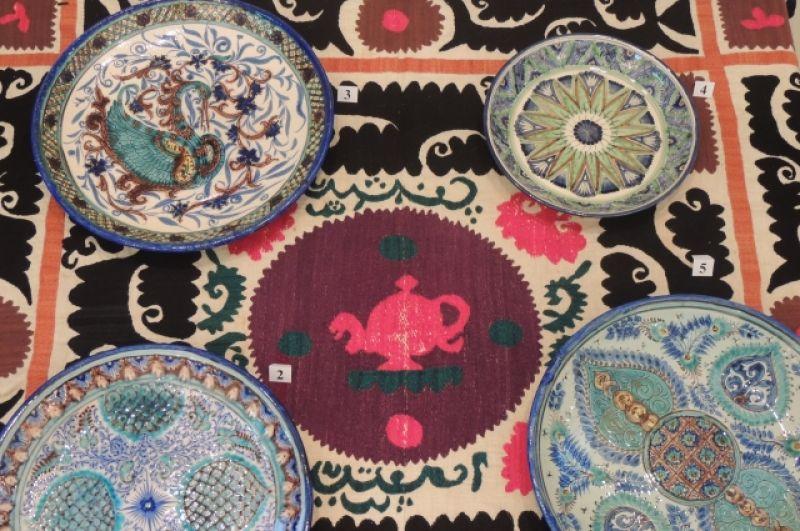 Блюда, расписанные узбекскими мастерами, которые жили в Сибири.