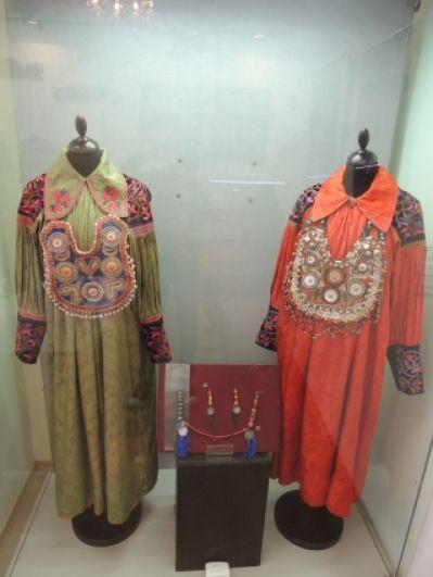 Национальные хакасские платья с подвесками из коралла и перламутра.