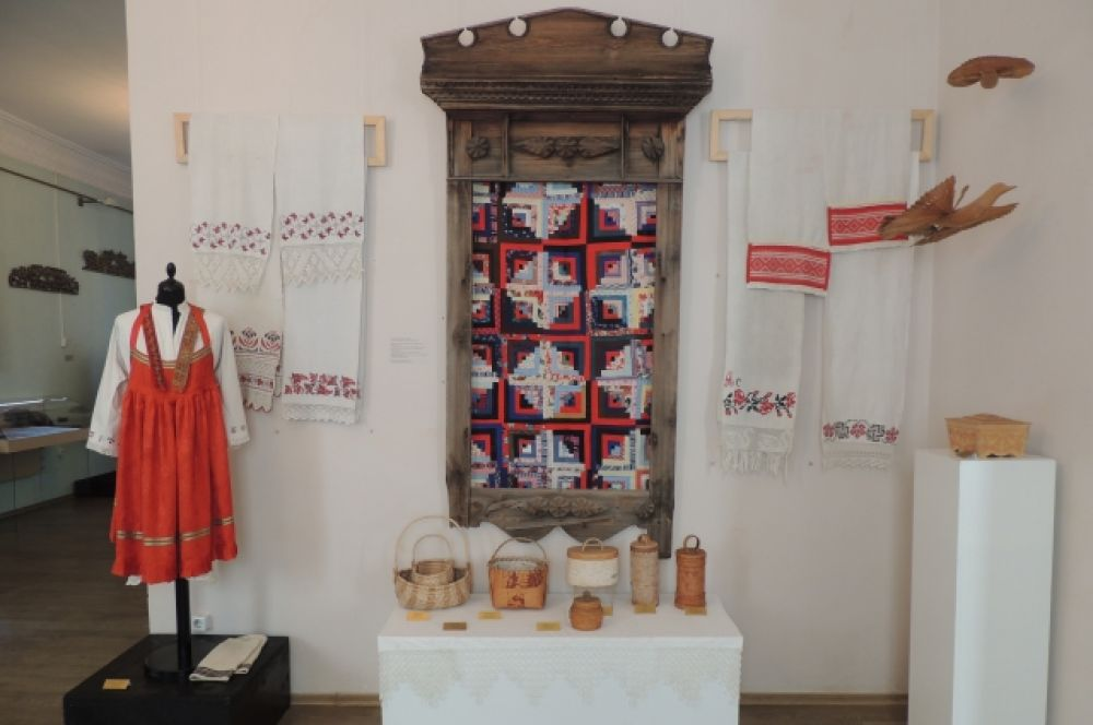 Народная вышивка на льне. Платье и полотенца из Томской области.