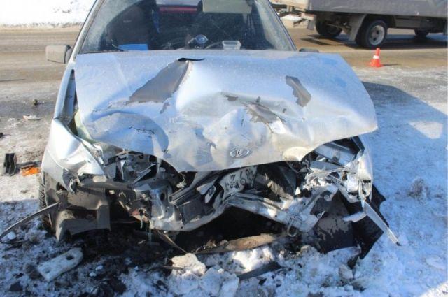 Накрымской трассе грузовой автомобиль помял легковую машину