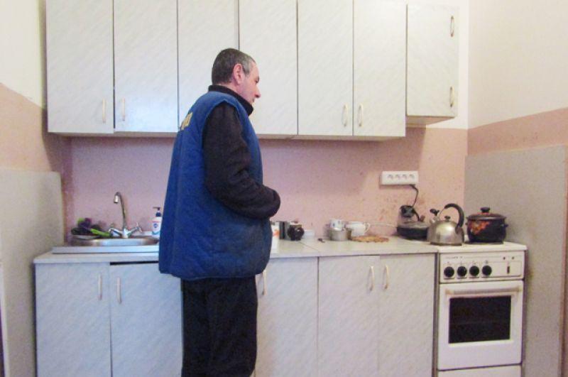 С недавних пор в здании гостиницы оборудована кухня, где бездомные сами могут приготовить себе пищу.