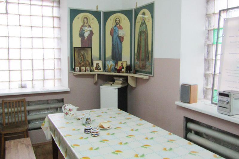 Продуктами ночлежке помогают предприятия города. В «красном углу» столовой – иконостас и маленькая православная библиотека.