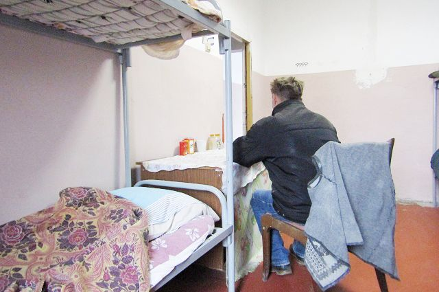 В этой гостинице нет пафосного персонала, отапливают её дровами, зато и денег с постояльцев не берут.