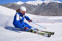 Из-за близости к морю у снега краснополянских горнолыжных курортов особая структура, он хорош и для лыж, и для сноуборда.