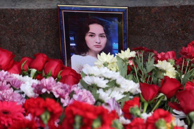 Портрет погибшей девушки у станции метро «Технологический институт» в Санкт-Петербурге, 4 апреля 2017 года.