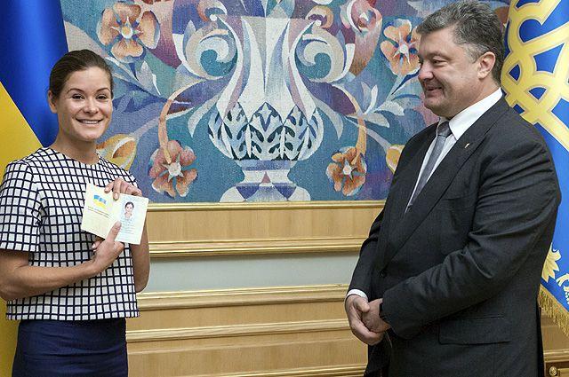 Президент Украины Петр Порошенко вручает украинский паспорт политику Марии Гайдар.
