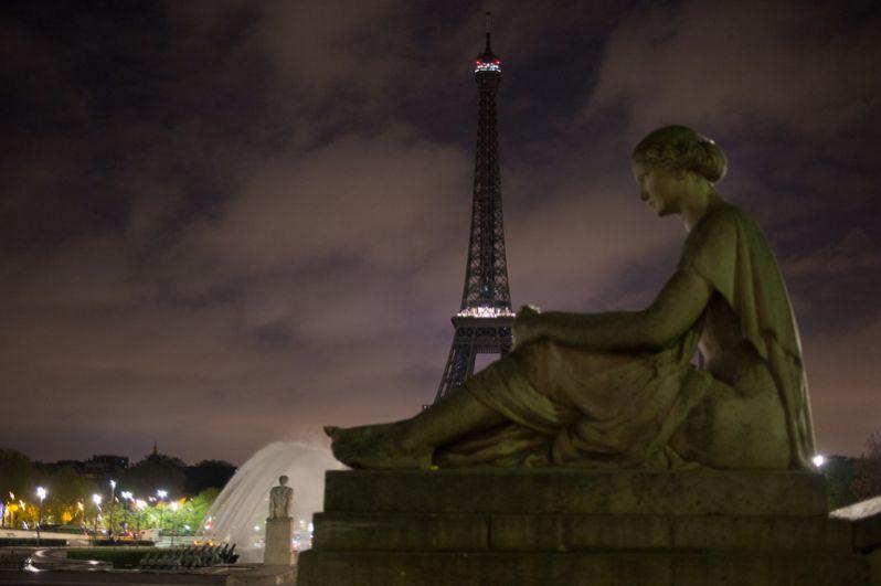 Вид на Эйфелеву башню в Париже, иллюминация которой была отключена в память о погибших в результате взрыва в метрополитене Санкт-Петербурга.