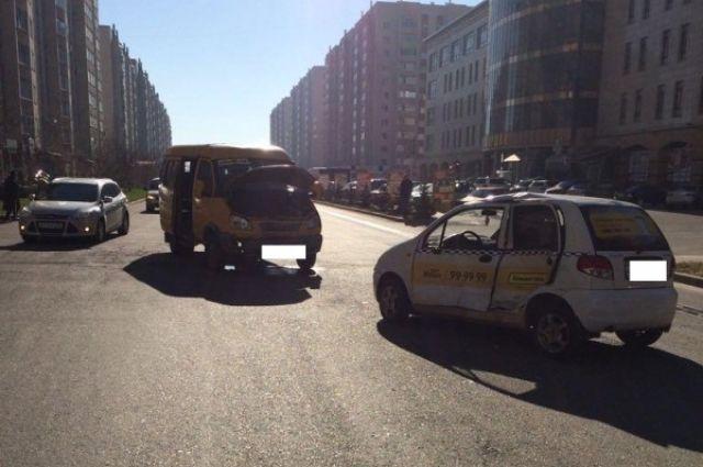 Наулице Тухачевского Ставрополя вмаршрутку врезалось такси: имеется пострадавший