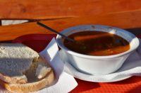 54-летний мужчина проник в квартиру соседки, чтобы разогреть суп.
