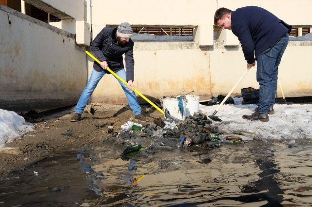 Первым делом убирают вытаявший мусор.