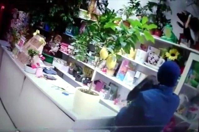 Вооруженный житель Таджикистана заполчаса ограбил два цветочных ларька вИркутске