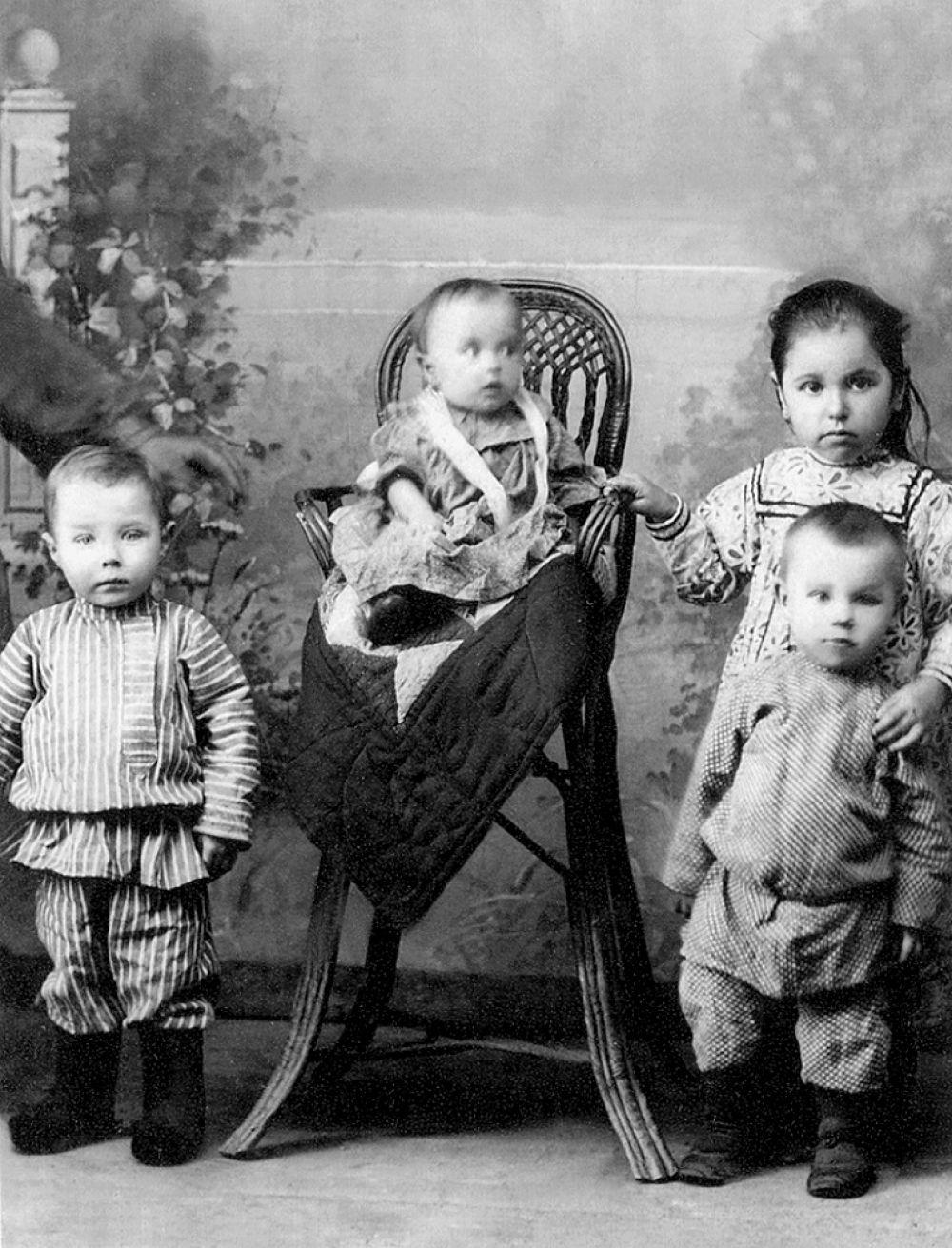 У кофты, как правило, рукав фонариком, зауженный манжетик, отделка кружевом, воланы. У бабок - фартук. О том, как много было одежды у наших предков, говорит такой факт: за невестой в приданое давали «18- 20 перемен одежды». Был, к примеру пасхальный сарафан, который надевали один раз в год, на Пасху. Шубы носили мехом внутрь. Сверху крыли дорогим сукном, шёлком. Самые богатые надевали шубы-ротонды (без рукавов, в пол). Даже у самой бедной гимназистки была муфта. Длина У девочек длина юбки - ниже колен. У всех остальных - в пол. У самых богатых - с хвостом по полу.