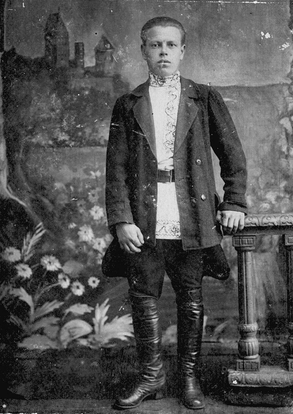 Штаны (плисовые, хлопчатобумажные, шерстяные). Галифе - признак статуса: у обладателя много денег, раз штаны из покупной материи (её требуется на галифе много). В деревнях мужики носили фартуки. Рабочие в Челябинске тоже ходили в них.