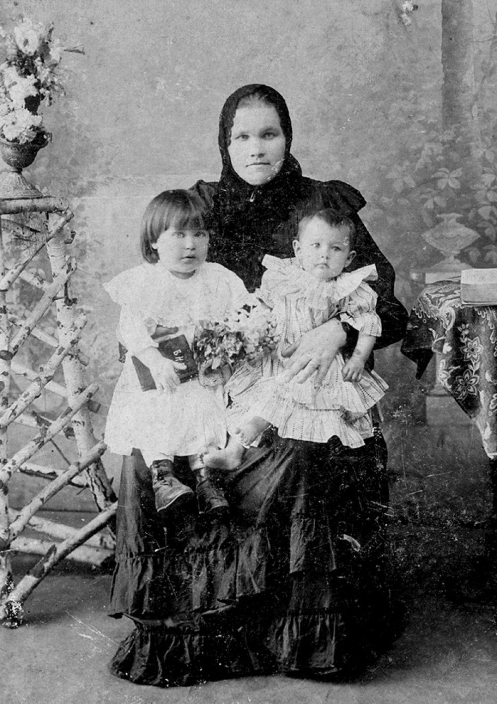 У женщин в возрасте костюм из двух частей - юбка и кофта (называется парочка) Девочки и девушки (и мальчики) - в платьях. Если в XIX веке кофты были приталенные, то в XX веке посвободнее - кофта-разлетайка.