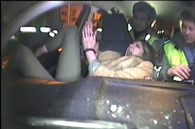 Опубликовано видео задержания пьяной визжащей парикмахерши Альбины