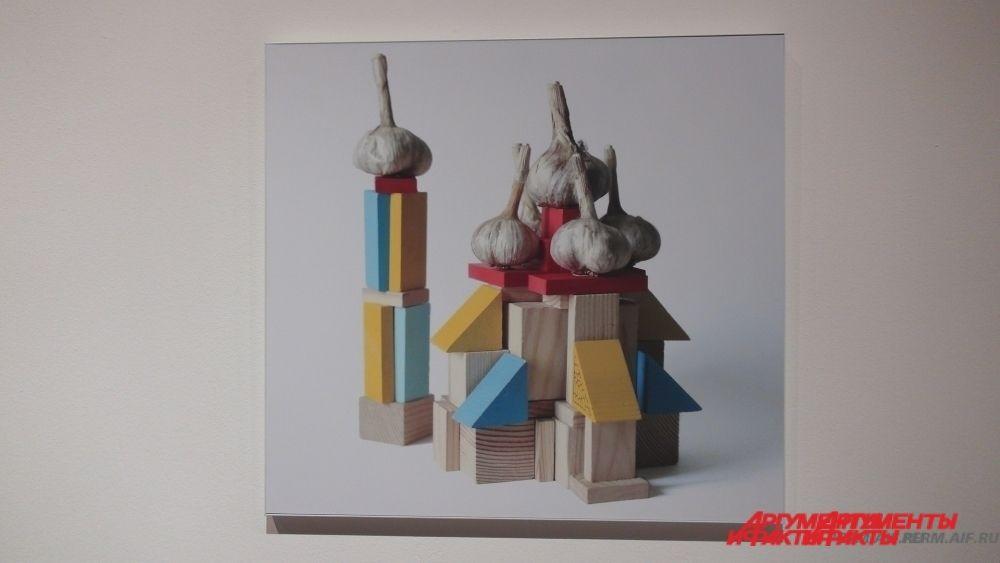 Сначала художник занимался видео, затем включил в практику визуальные скульптуры, инсталляции с использованием проекций и масштабный видеомэппинг.