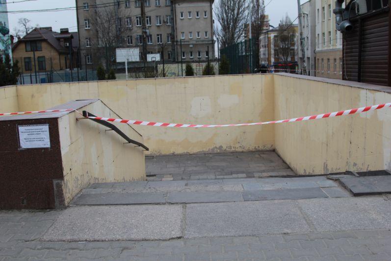 Гимназию №5 можно увидеть с улицы Большая Садовая. Подземный переход возле музыкальной филармонии закрыт.