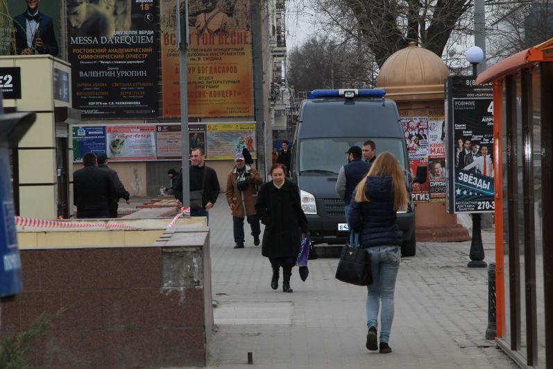 На Большой Садовой дежурят полицейские машины.