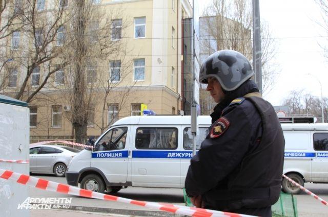Здание школы №5 в Ростове-на-Дону оцепили полицейские.