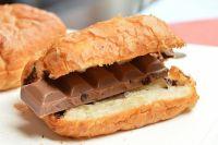 Конфеты, торты, шоколад следует заменить на полезные лакомства.