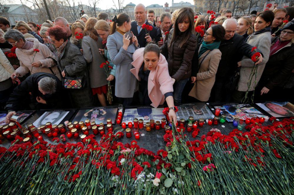Её участники возложили цветы и зажгли свечи у памятного знака «Город-герой Ленинград».
