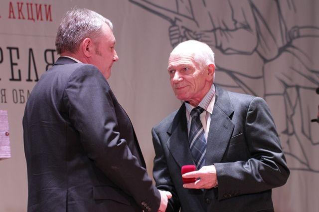 Анатолию Данкову вручили медаль деда, погибшего в августе 1944 года.