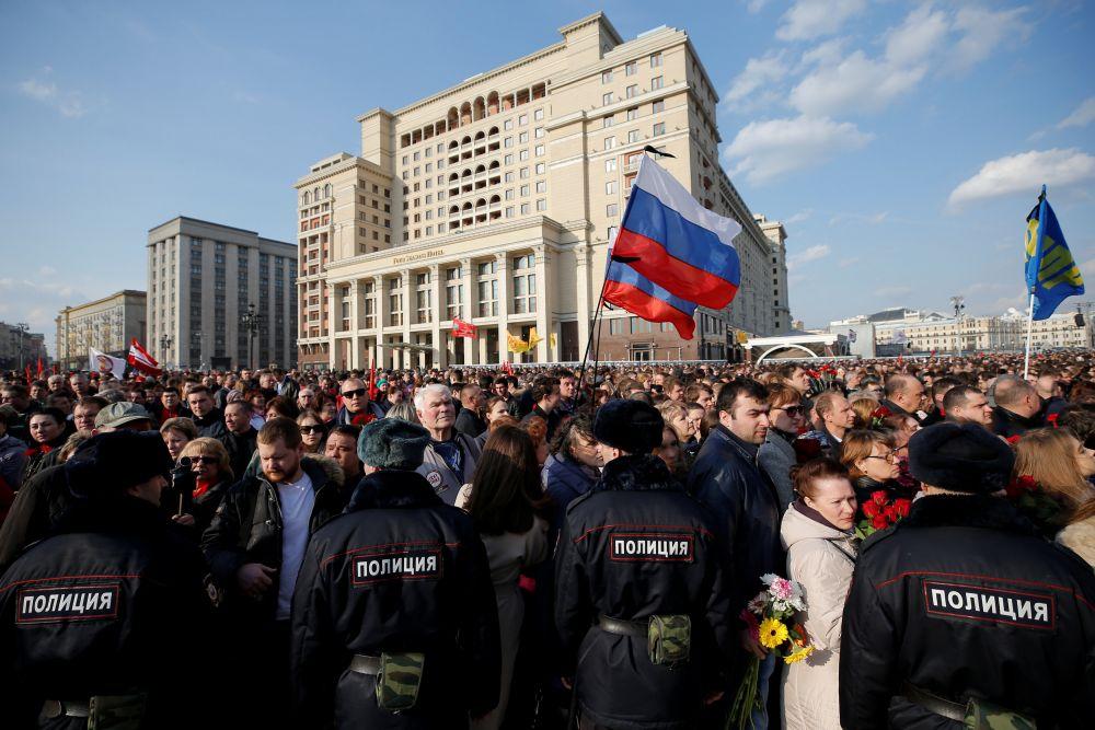 Желающие почтить память жертв собрались в 17:00 на Манежной площади.